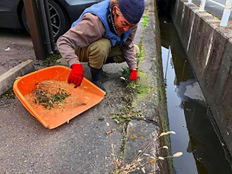 側溝の清掃、雑草人力除草作業中